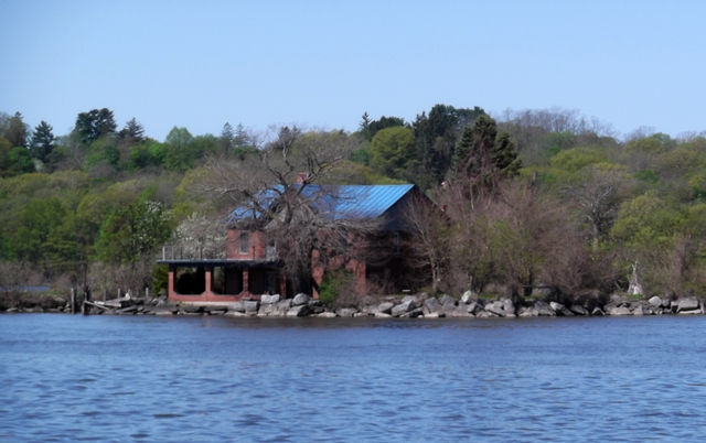 House_on_Island_in_Hudson_051114