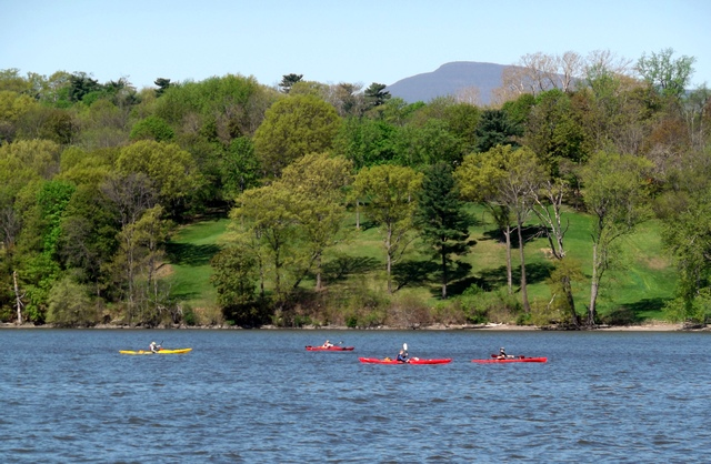 Kayakers_on_the_Hudson_051114