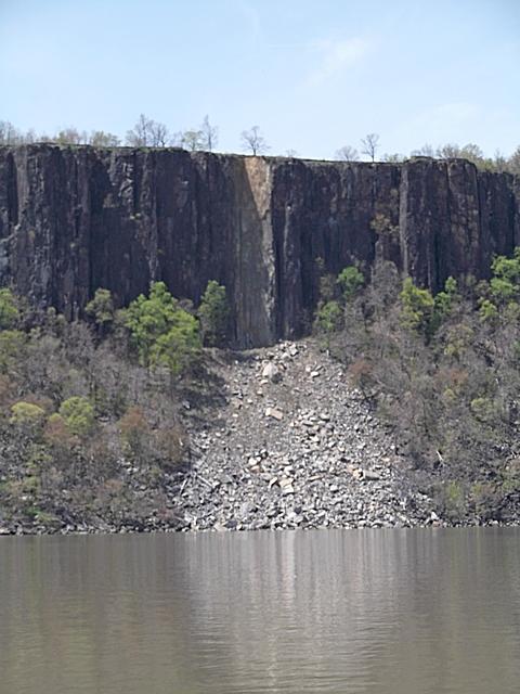 Rock_Slide_Hudson_River_050714