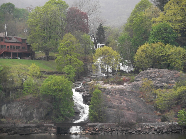 Waterfall_along_the_Hudson_050814